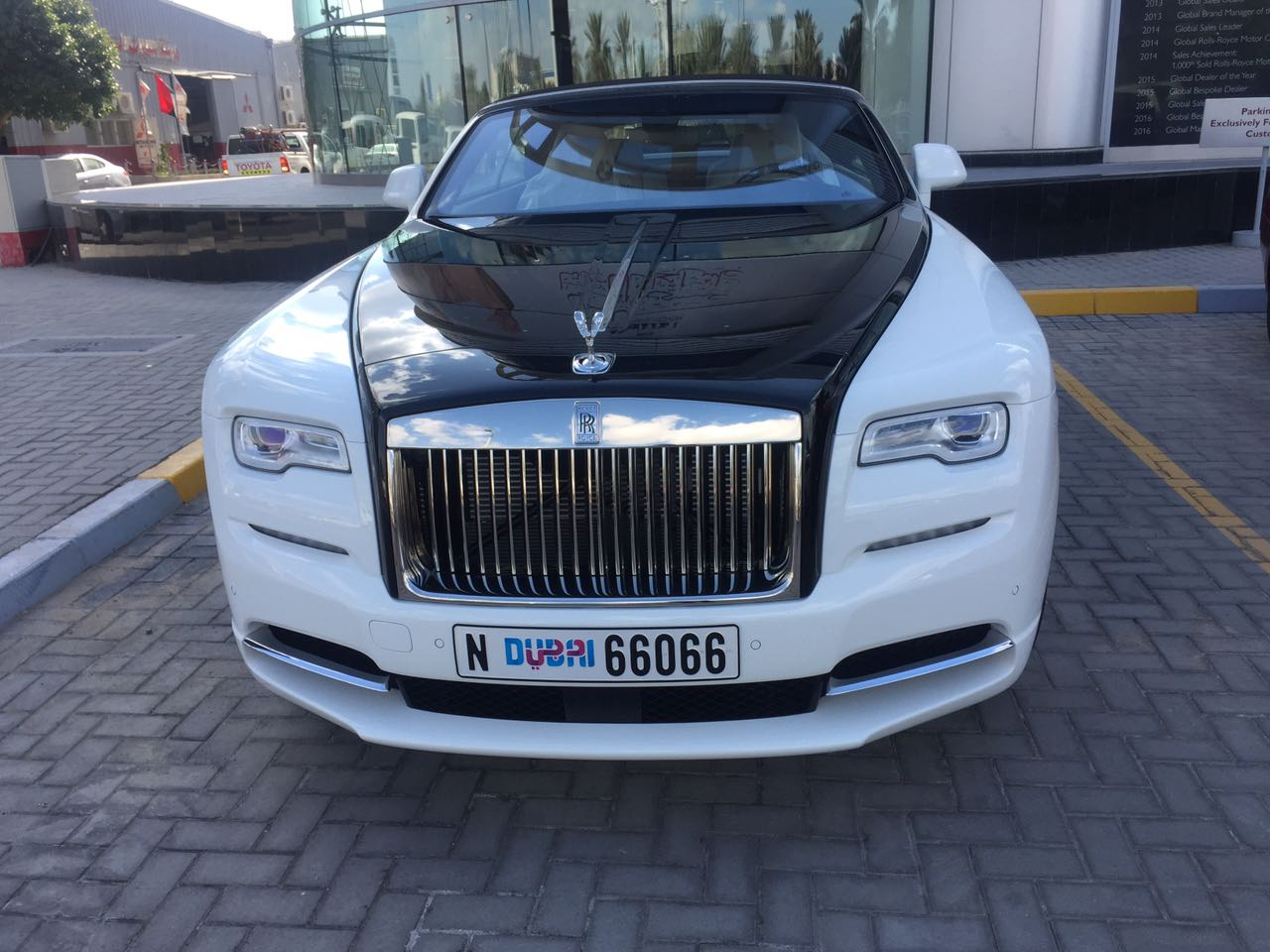 Rent_a_Rolls_Royce_Dawn_in_Dubai_01